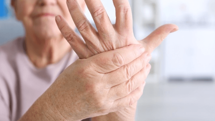 ما هي أعراض التهاب المفاصل الروماتيزمي، أسباب و المراحل الأربع لتطور التهاب المفاصل الروماتويدي، علاج التهاب المفاصل، علاج طبيعي، الأطعمة التي يجب تجنبها، أفضل الفواكه لالتهاب المفاصل